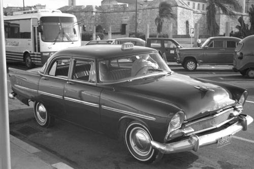 Ta taksówka jedzie!. Kierowcy nie przeszkadza przy tym porozmawiać z kolegą ;). Hawana #Kuba #Karaiby #podróże #Hawana